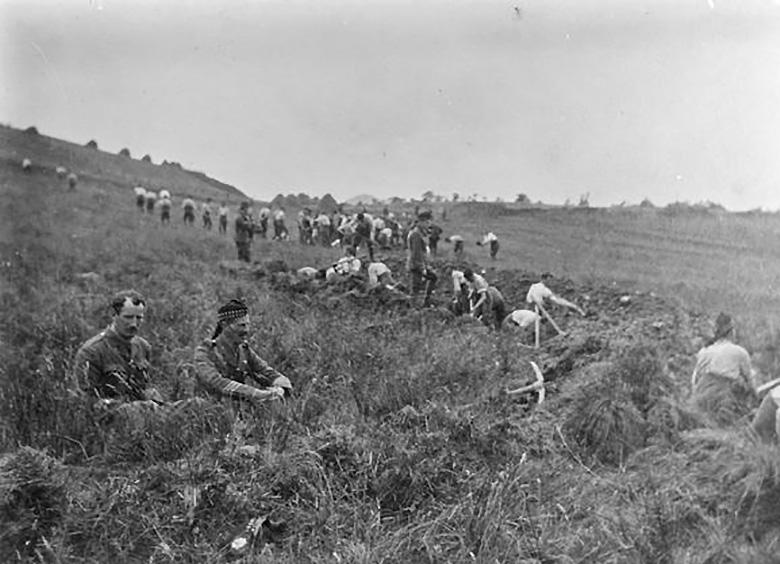 8th Royal Scots digging trenches