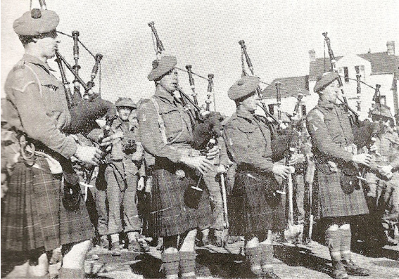 Pipers in St. Valéry, 1945